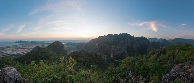 Khao dang point de vue sur la montagne au parc national sam roi yot, pranburi, prachuap khiri khan, thaïlande