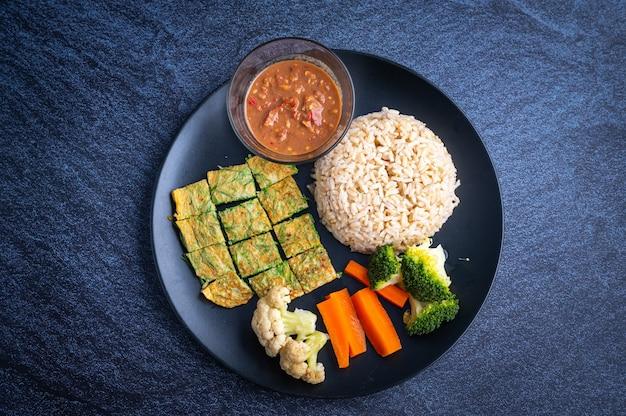 Khao khluk kapi (riz aux crevettes traditionnel thaïlandais) dans un plat sur la nourriture locale sombre de la thaïlande