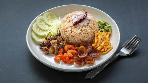 Khao kluk kapi, cuisine thaïlandaise, riz à la pâte de crevettes