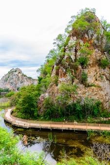 Khao ngu stone park à ratchabri, thaïlande