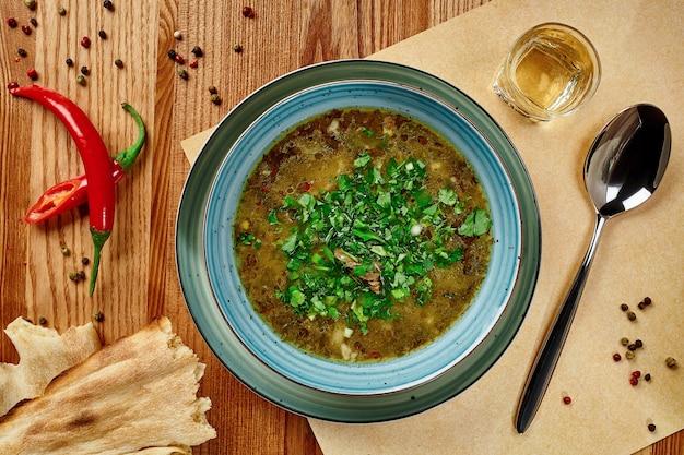 Kharcho de soupe de viande épicée géorgienne originale avec du boeuf