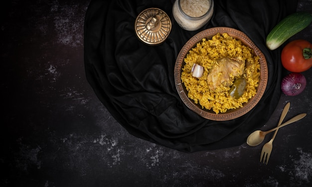 Khichuri ou khichdi ou khichri sur un fond sombre avec un espace pour le texte ou les messages
