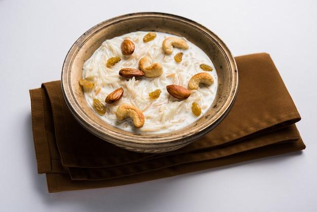 Khir ou kheer payasam également connu sous le nom de sheer khurma seviyan consommé en particulier à l'occasion de l'aïd ou de tout autre festival en inde ou en asie. servi avec des garnitures de fruits secs dans un bol