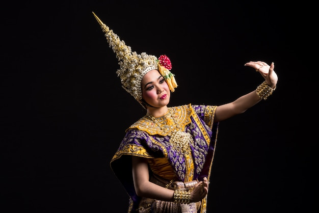 Khon show femme asiatique en costume traditionnel de la thaïlande