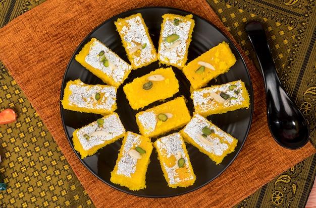 Khopara pak ou burfi à la noix de coco