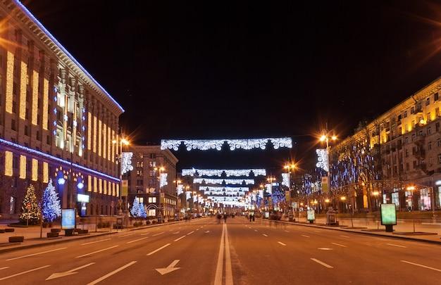 Khreshchatyk, la rue principale de kiev la nuit