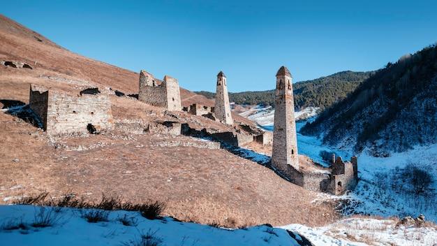 Khyani (khani, kheni) est un complexe de tours sur une pente dans la gorge de salga, près de la rivière chulkhi. 16e siècle. russie, ingouchie.