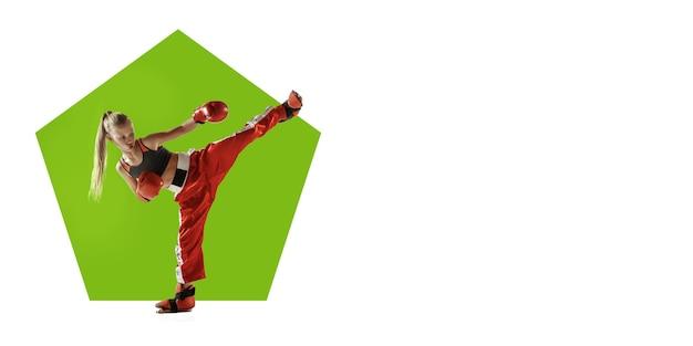 Kickboxer professionnel pratiquant la formation de sportive sur fond blanc flyer