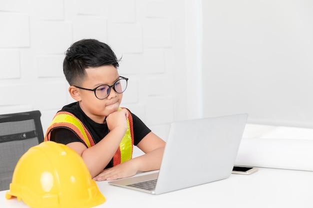 Kid en action de l'ingénieur.
