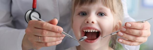 Kid au bureau du stomatologue