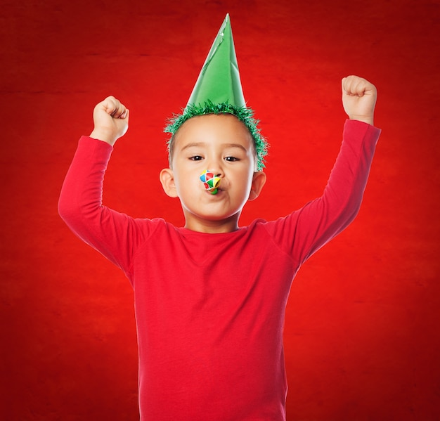 Kid célébrer avec un fond rouge