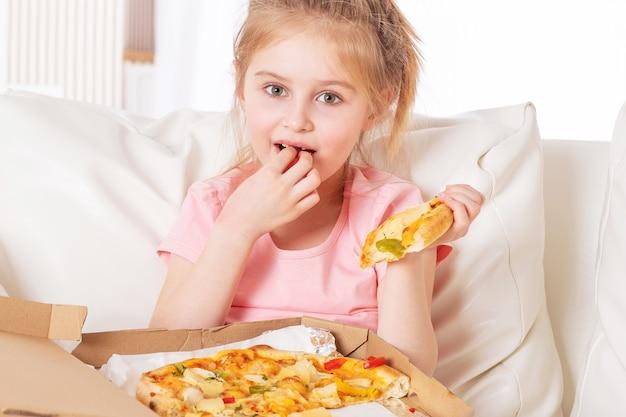 Kid comme une pizza récemment livrée