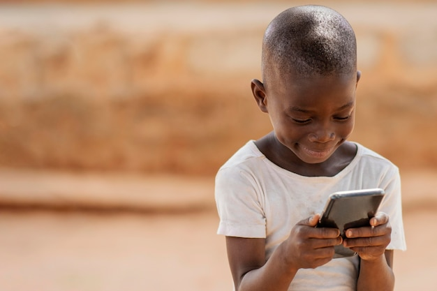 Kid coup moyen tenant un smartphone