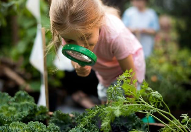 Kid dans une expérience de jardin et idée