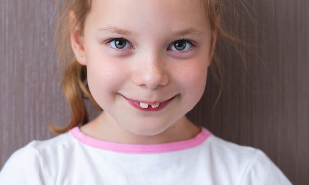 Kid avec des dents de devant supérieures en saillie