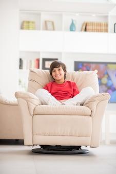 Kid détendu sur le canapé