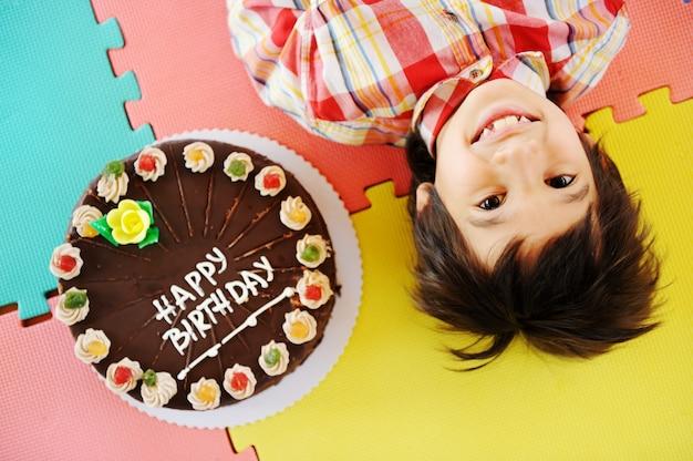 Kid à la fête d'anniversaire dans le jardin d'enfants