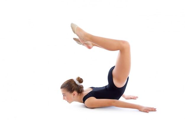 Kid fille exercices de gymnastique rythmique sur blanc