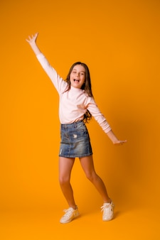 Kid fille sautant fille heureuse danse