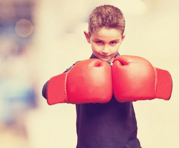Kid avec des gants de boxe