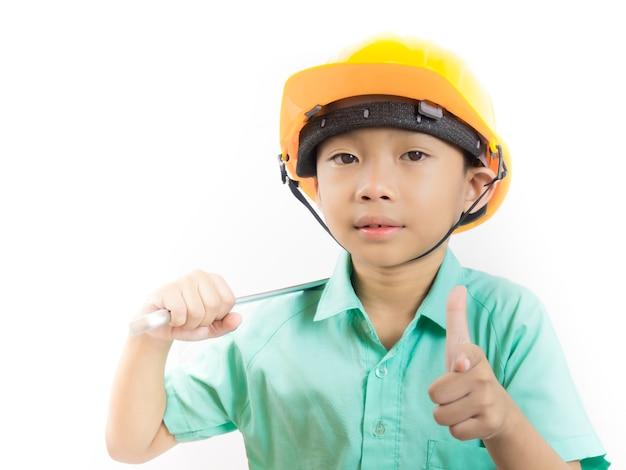 Kid garçon portant l'uniforme scolaire et un casque sur fond blanc