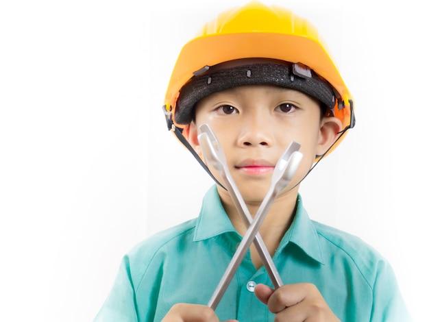 Kid garçon portant l'uniforme scolaire et casque et tenant une clé