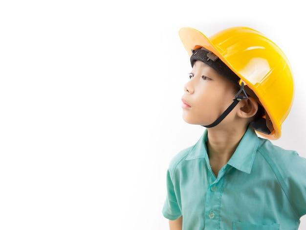 Kid garçon portant l'uniforme scolaire et un casque