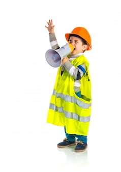 Kid habillé comme un ouvrier criant par mégaphone