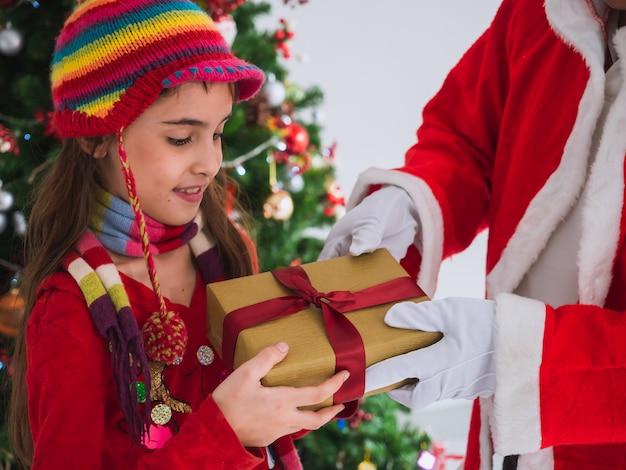 Kid heureux de recevoir des cadeaux du père noël
