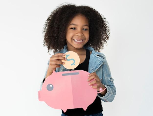 Kid holding piggybank économiser de l'argent