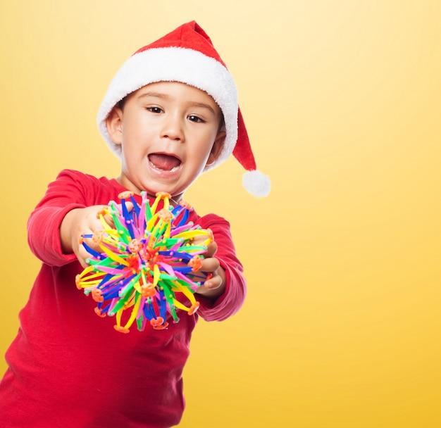 Kid avec un jouet