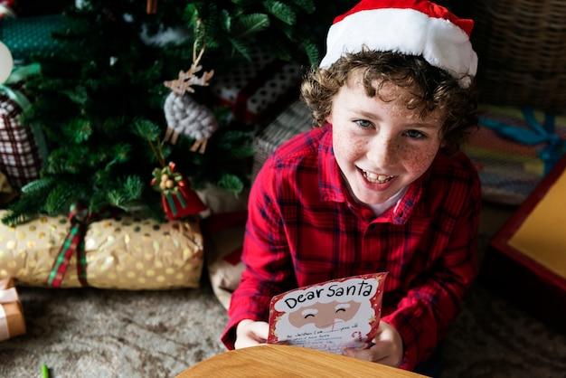 Kid avec la liste de souhaits de noël
