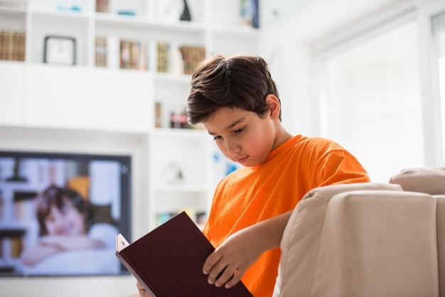 Kid avec livre à la maison