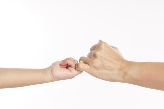 Kid main avec signe de promesse