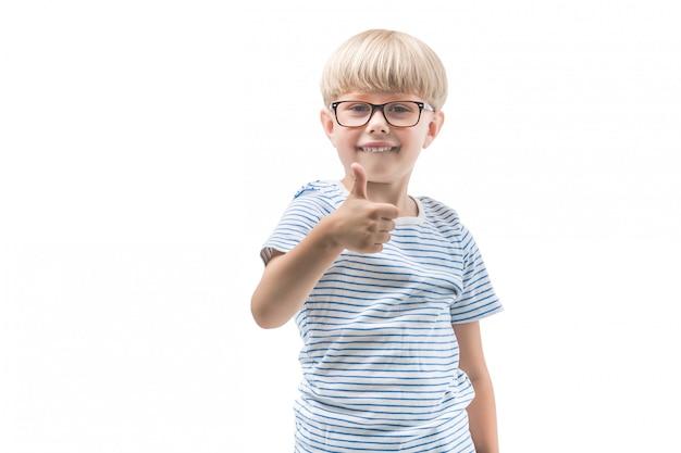 Kid mignon émotionnel montrant ok ou le pouce vers le haut. adorable enfant sur fond isolé. photo d'écolier.