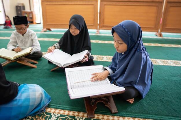 Kid musulman lisant le coran