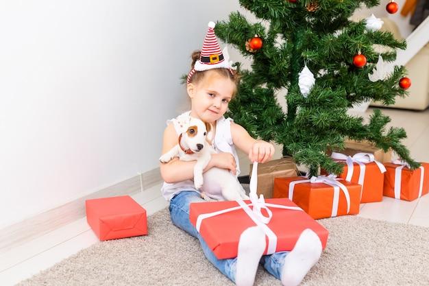 Kid ouvrant des cadeaux de noël.