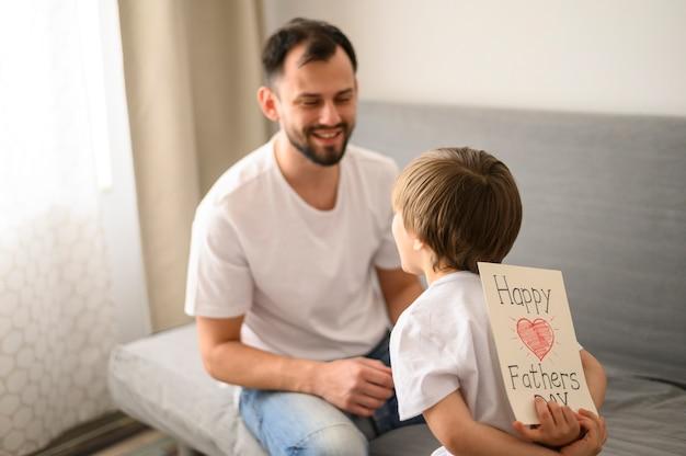 Kid père surprenant avec carte de voeux