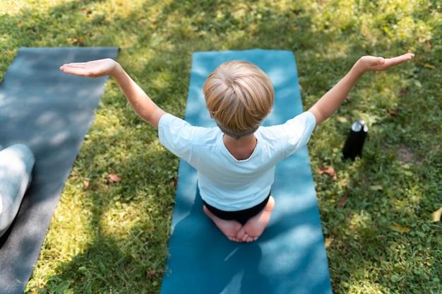 Kid plein coup sur tapis de yoga