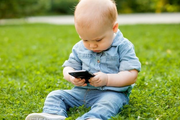 Kid regarde le téléphone