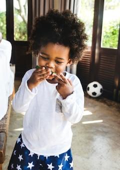 Kid s'amuser manger de la pastèque