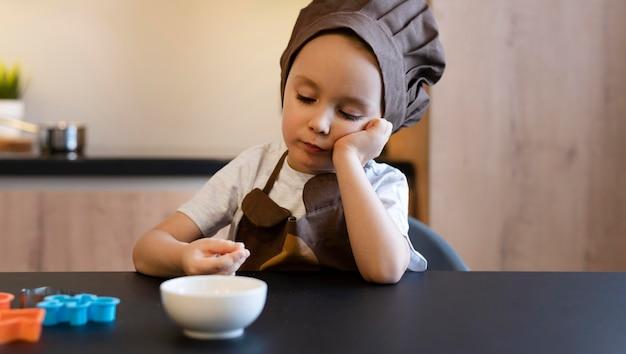 Kid shot moyen assis à table