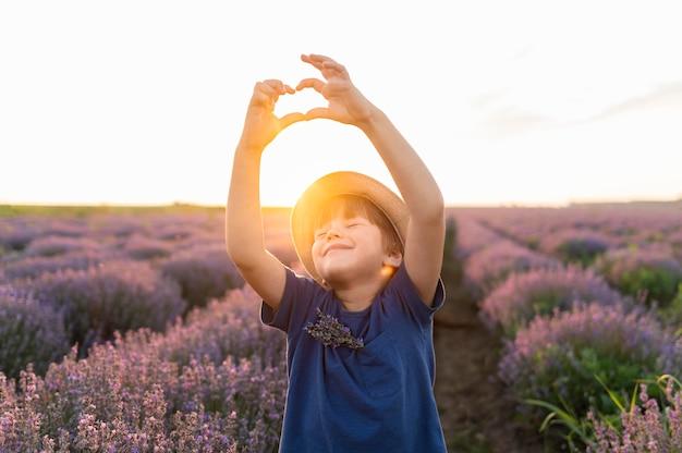 Kid shot moyen posant au coucher du soleil