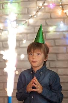Kid shot moyen regardant feu d'artifice