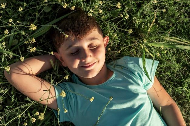 Kid smiley coup moyen portant sur l'herbe