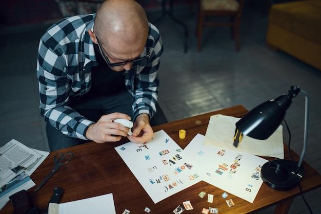 Un kidnappeur maniaque découpe des lettres pour composer du texte