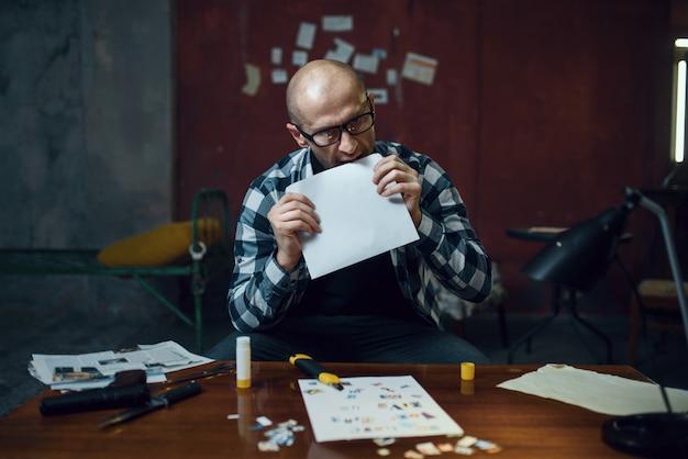 Un kidnappeur maniaque prépare une lettre sur sa victime
