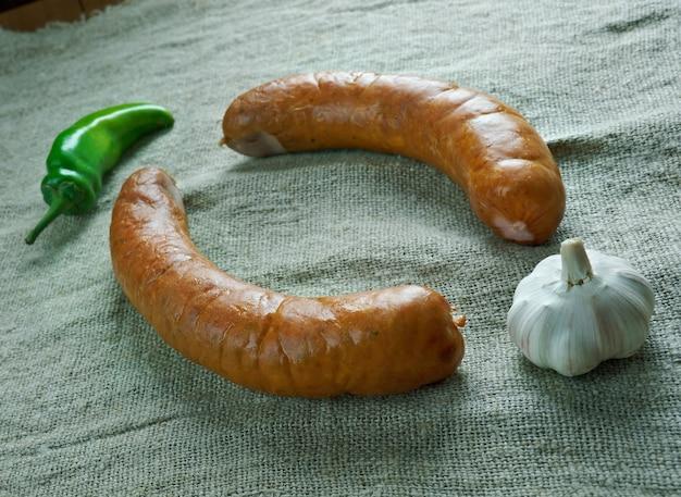 Kielbasa de saucisse polonaise de krakowska. à base de morceaux de porc maigre, assaisonnés de poivre, piment de la jamaïque, coriandre et ail,