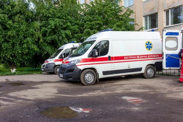 Kiev. ukraine 06.08.2021. ambulances près des arbres verts. flaques d'eau après la pluie.