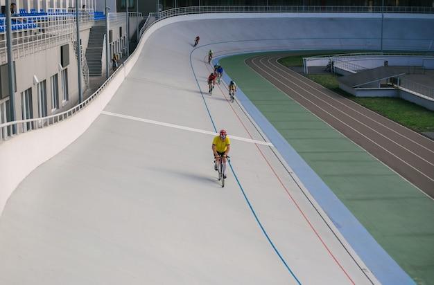 Kiev, ukraine 27.08.2020 - un homme fait du vélo sur un stade de piste